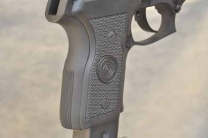 The Cougar Compact's backstrap features vertical serrations; the author thinks horizontal serrations would be more functional.